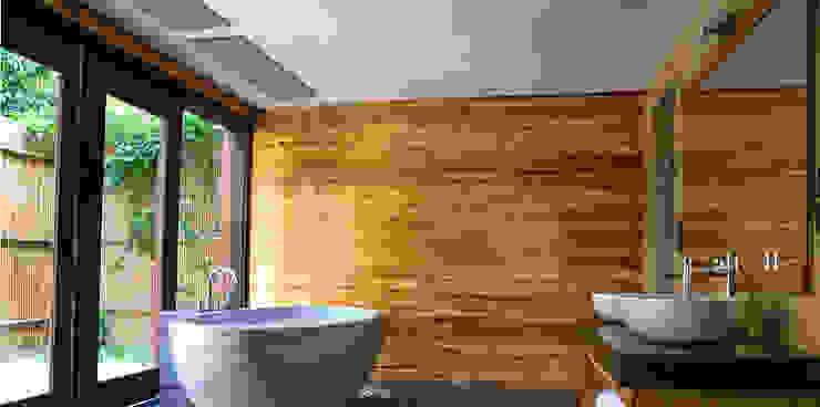 Casas de banho escandinavas por Heat Art - infrarood verwarming Escandinavo Vidro