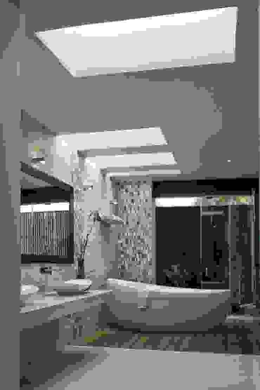 Modern bathroom by AIDA TRACONIS ARQUITECTOS EN MERIDA YUCATAN MEXICO Modern