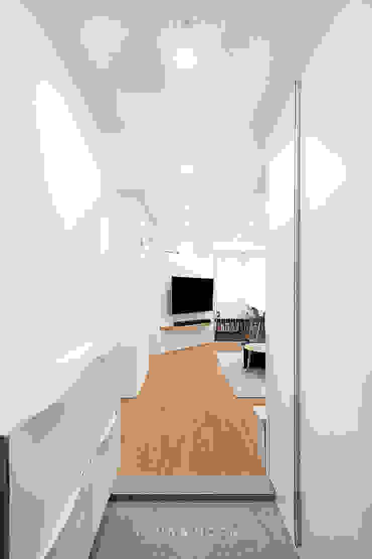 12PY 잠실 리센츠 아파트 인테리어 _ 좁은 공간을 활용한 신혼부부의 공간 인테리어 모던스타일 복도, 현관 & 계단 by 영훈디자인 모던