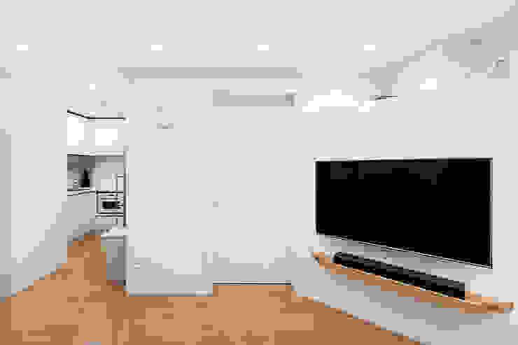 12PY 잠실 리센츠 아파트 인테리어 _ 좁은 공간을 활용한 신혼부부의 공간 인테리어 모던스타일 거실 by 영훈디자인 모던