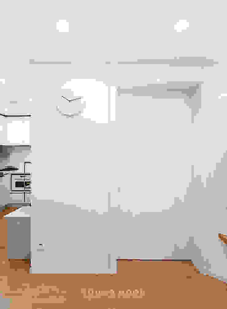 12PY 잠실 리센츠 아파트 인테리어 _ 좁은 공간을 활용한 신혼부부의 공간 인테리어 모던스타일 미디어 룸 by 영훈디자인 모던