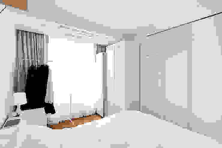 12PY 잠실 리센츠 아파트 인테리어 _ 좁은 공간을 활용한 신혼부부의 공간 인테리어 모던스타일 침실 by 영훈디자인 모던