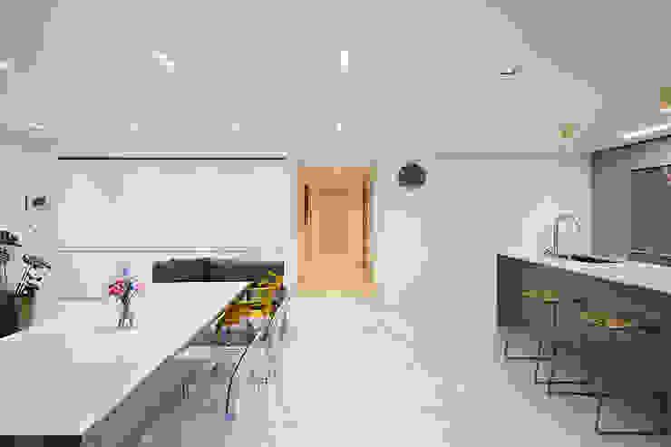 43PY 도곡렉슬 _ 수납공간으로 완성된 품격 있는 모던 아파트 인테리어 모던스타일 거실 by 영훈디자인 모던