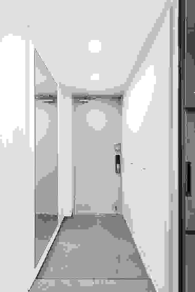33PY 삼성 힐스테이트1차_따뜻한 색감의 밝고 세련된 거실과 주방이 돋보이는 아파트 인테리어 스칸디나비아 복도, 현관 & 계단 by 영훈디자인 북유럽