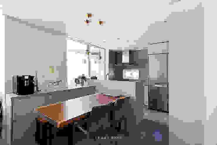 33PY 삼성 힐스테이트1차_따뜻한 색감의 밝고 세련된 거실과 주방이 돋보이는 아파트 인테리어 스칸디나비아 다이닝 룸 by 영훈디자인 북유럽