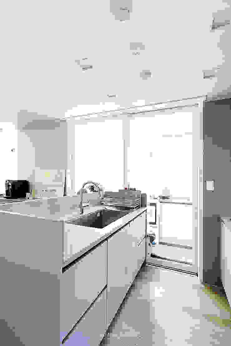33PY 삼성 힐스테이트1차_따뜻한 색감의 밝고 세련된 거실과 주방이 돋보이는 아파트 인테리어 스칸디나비아 주방 by 영훈디자인 북유럽