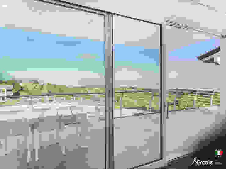 L'accesso al balcone Finestre & Porte in stile minimalista di Ercole Srl Minimalista Vetro