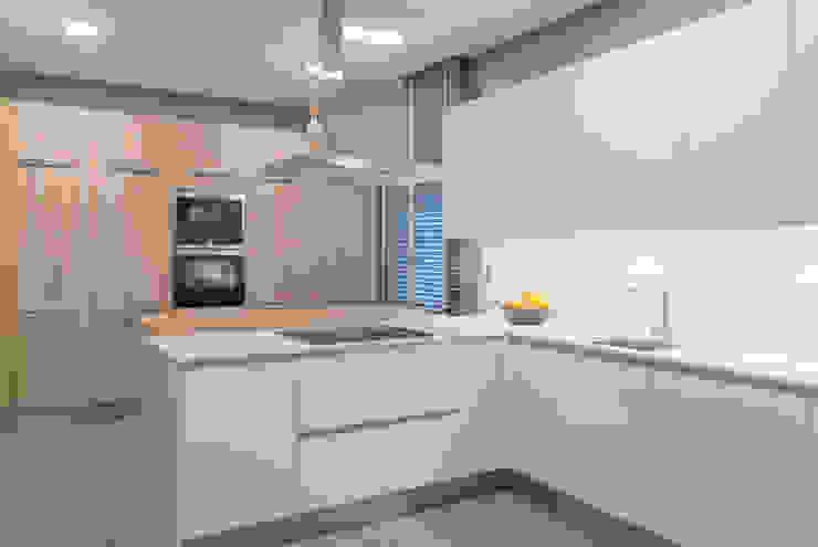 Moderne Küchen von Urbana Interiorismo Modern