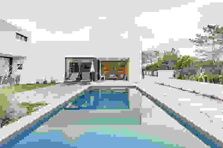 Piscinas de estilo moderno de [i]da arquitectos Moderno