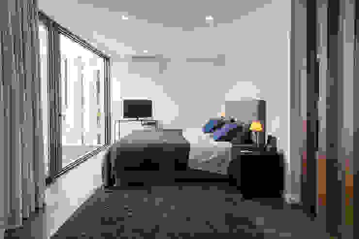 Dormitorios de estilo moderno de [i]da arquitectos Moderno