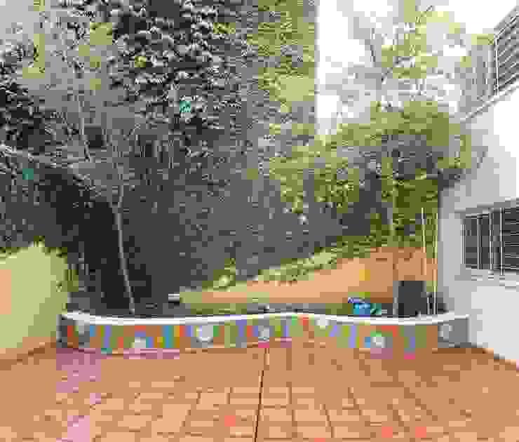 Cantero en Jardín Maternal Jardines modernos: Ideas, imágenes y decoración de Compañía de Mosaicos Moderno