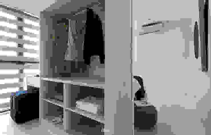Vestidores de estilo minimalista de 邑田空間設計 Minimalista