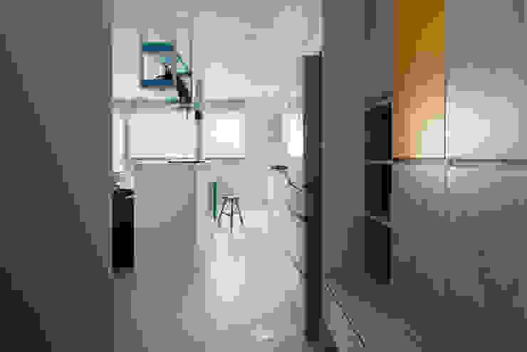 Pasillos, vestíbulos y escaleras de estilo minimalista de 邑田空間設計 Minimalista