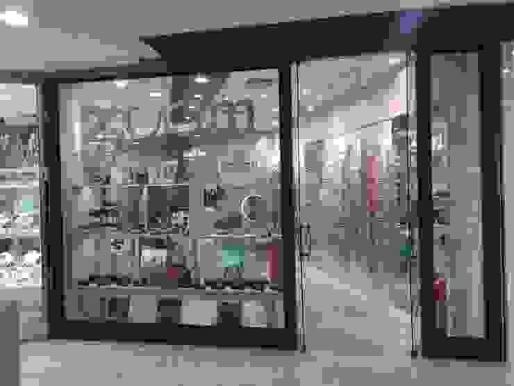 Vitrine - frente da loja Izabella Biancardine Interiores Lojas & Imóveis comerciais modernos