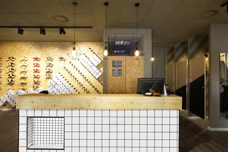 Locaux commerciaux & Magasin modernes par Piedra Papel Tijera Interiorismo Moderne