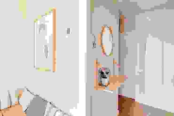 Pasillos, vestíbulos y escaleras de estilo escandinavo de Piedra Papel Tijera Interiorismo Escandinavo