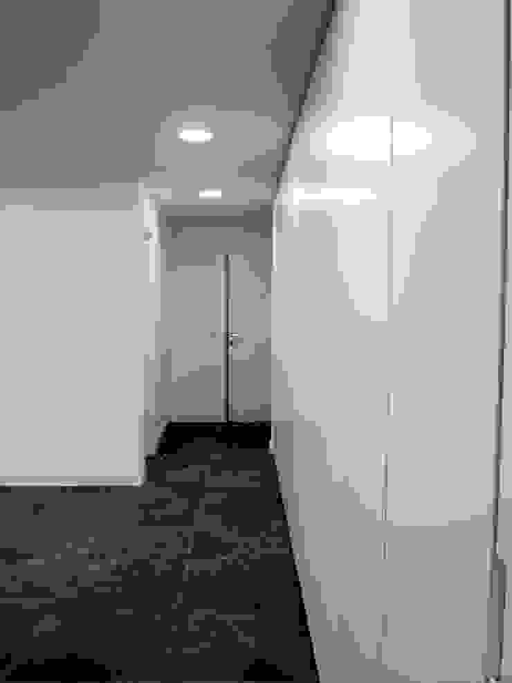 Cocina oculta en armario Estudios y oficinas modernos de Reformmia Moderno