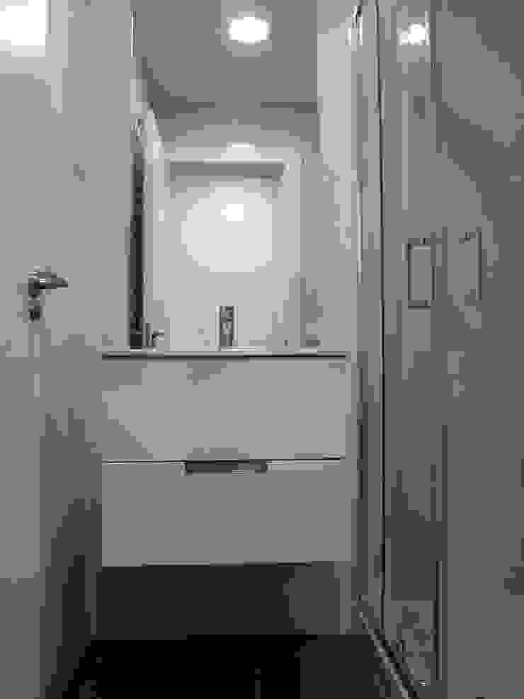 Banheiros modernos por Reformmia Moderno