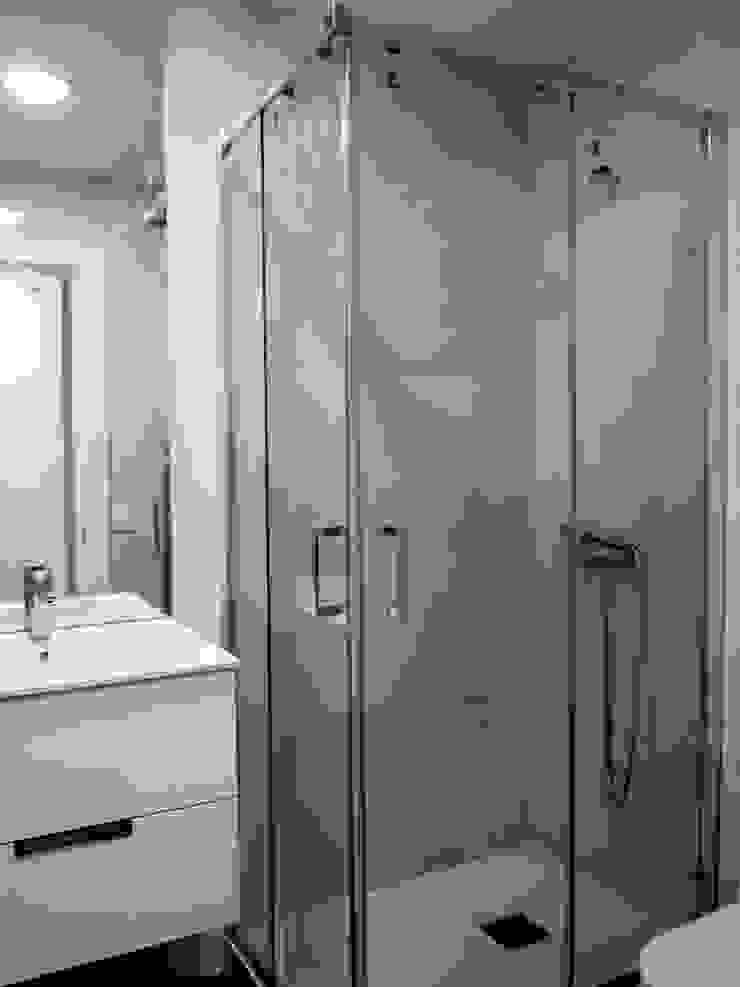 Baño blanco Baños modernos de Reformmia Moderno