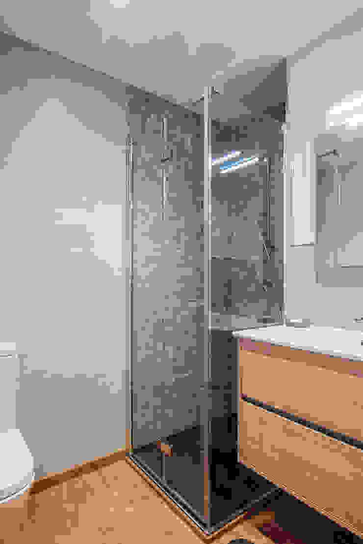 Modern bathroom by Simetrika Rehabilitación Integral Modern
