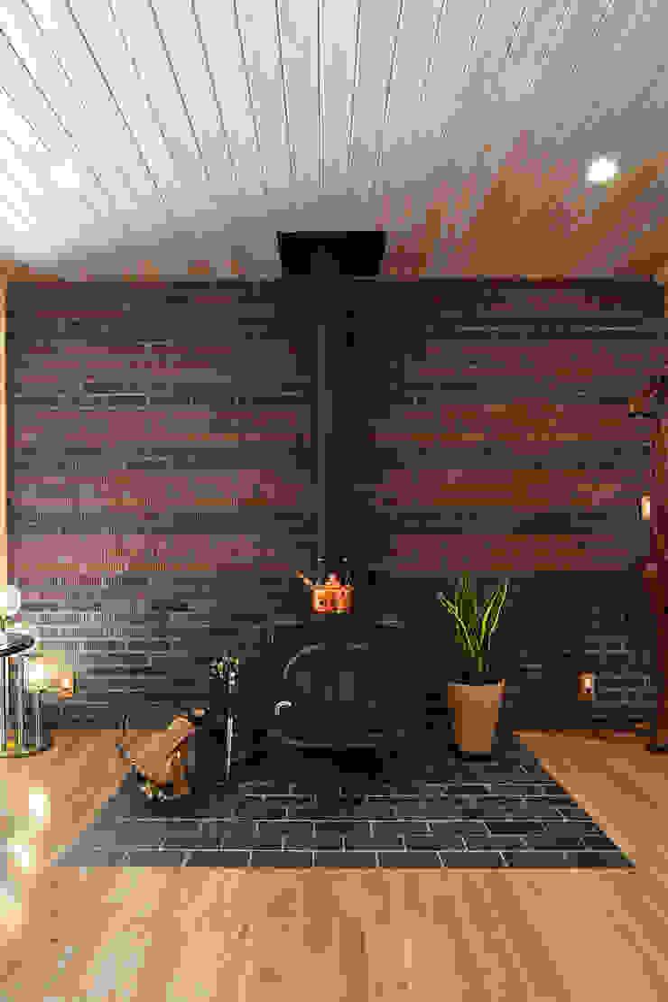 Salas de estar modernas por 木の家株式会社 Moderno Tijolo