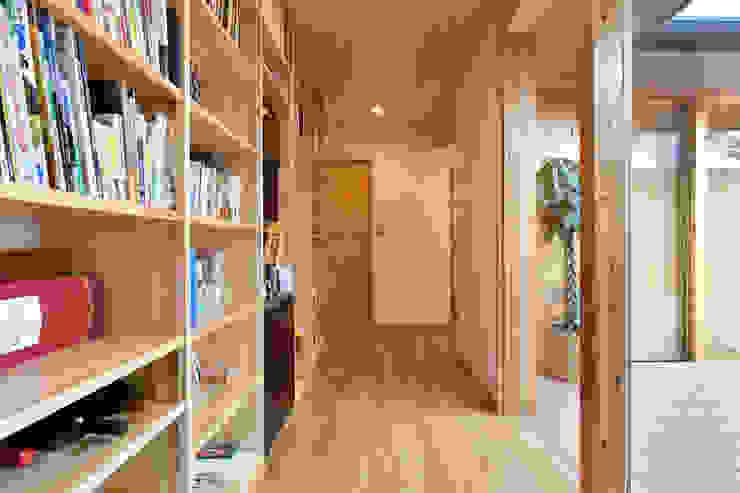 木の家株式会社 ห้องโถงทางเดินและบันไดสมัยใหม่ ไม้