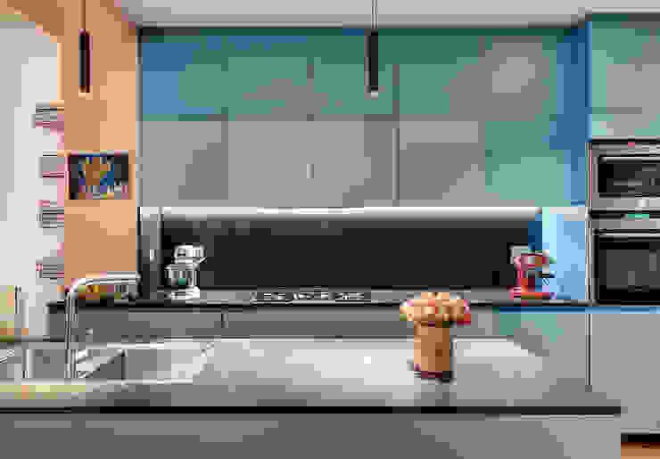 Cucina contemporanea laccata con i colori Le Corbusier di Alessandra Pisi / Pisi Design Architetti Moderno