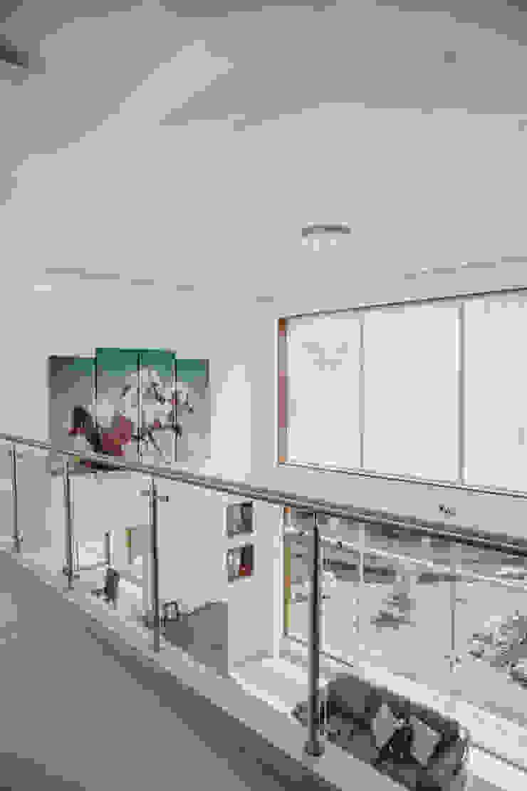 VIVIENDA UNIFAMILIAR VISTA ALEGRE Pasillos, vestíbulos y escaleras modernos de Estudio de Arquitectos Zulueta y Álvarez SAC Moderno