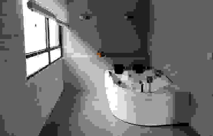 Diseño y Visualización Baños de estilo moderno de Arquitectura y Visualización Moderno