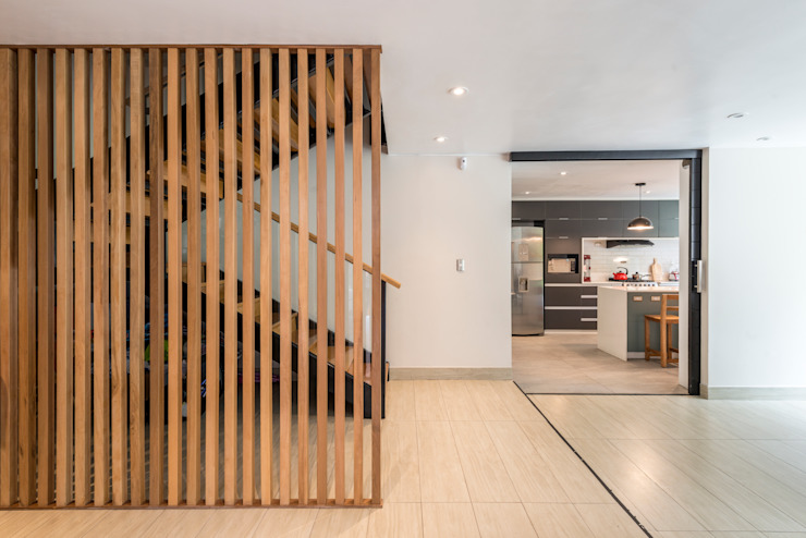 Hall de ingreso y escalera de ROMO ARQUITECTOS Moderno Madera maciza Multicolor