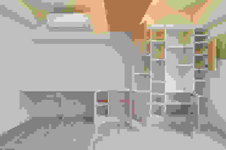 打造一整面書櫃牆 Scandinavian style walls & floors by 藏私系統傢俱 Scandinavian