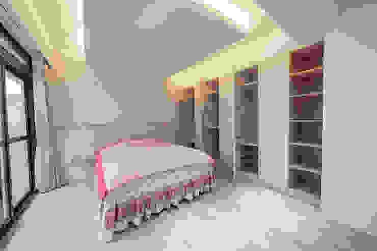 女兒房 第三間臥室床頭牆帶點夢幻 Scandinavian style walls & floors by 藏私系統傢俱 Scandinavian