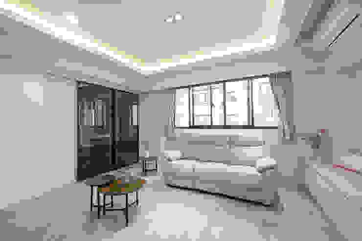 右邊通往更衣室 Scandinavian style living room by 藏私系統傢俱 Scandinavian