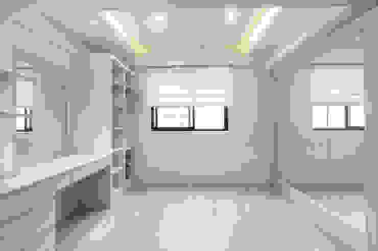 大片鏡面讓更衣室如個人伸展台一般 Scandinavian style dressing room by 藏私系統傢俱 Scandinavian