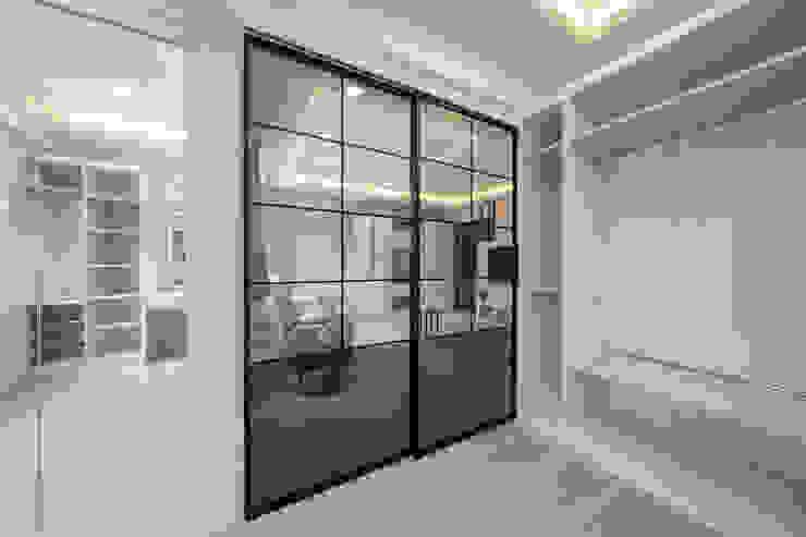 利用玻璃拉門隔開更衣室與客廳 by 藏私系統傢俱 Scandinavian