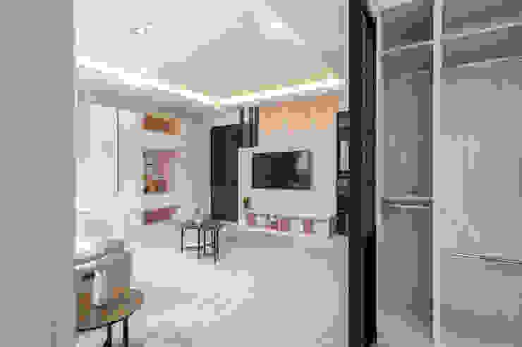 從更衣室往外看 Scandinavian style living room by 藏私系統傢俱 Scandinavian