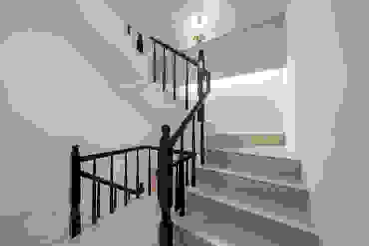 在樓梯之間設置收納層板以及貼心照地燈守護家人 by 藏私系統傢俱 Scandinavian
