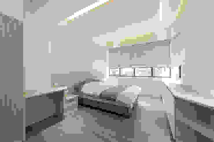 臥室四內的一體成形收納櫃 by 藏私系統傢俱 Scandinavian