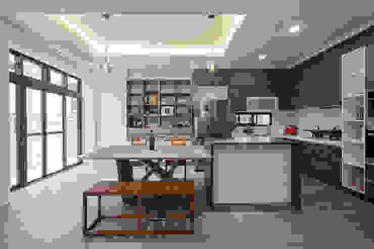廚房工作臺有對外窗,落地窗能通往陽台,讓用餐的時候也能維持室內空氣對流 Scandinavian style dining room by 藏私系統傢俱 Scandinavian