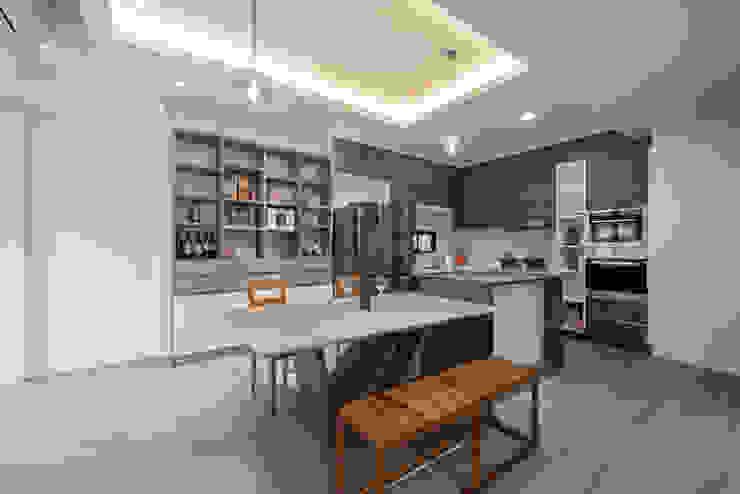 方正的廚房設有中島,與餐廳連結 by 藏私系統傢俱 Scandinavian