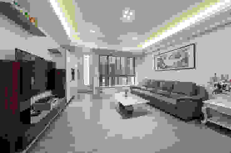 客廳的百葉窗簾若因應隱私拉下,玄關入口的玻璃磚仍為室內帶來充足光線 Scandinavian style living room by 藏私系統傢俱 Scandinavian