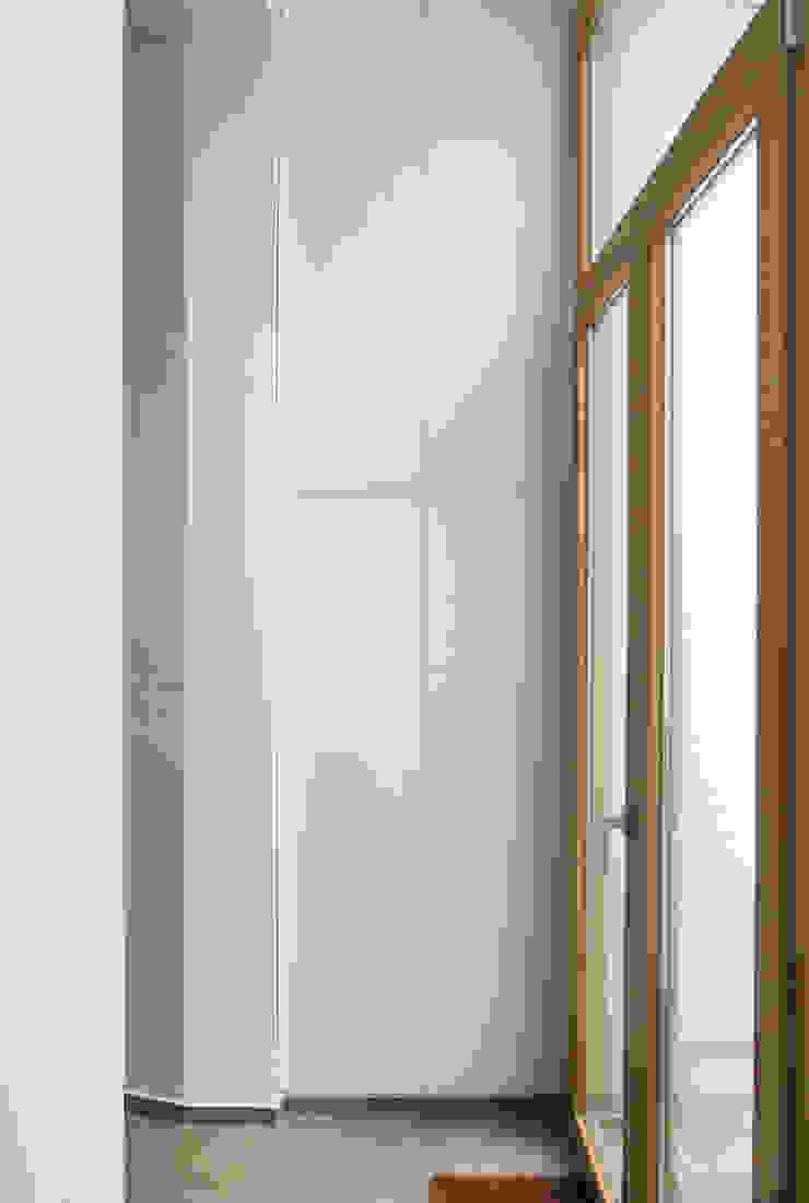 Pequeña galería reconvertida Divers Arquitectura, especialistas en Passivhaus en Sabadell Pasillos, vestíbulos y escaleras de estilo moderno