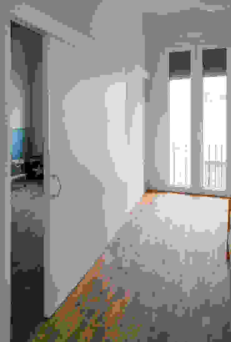 Puerta corredera de separación entre dormitorios Divers Arquitectura, especialistas en Passivhaus en Sabadell Dormitorios pequeños