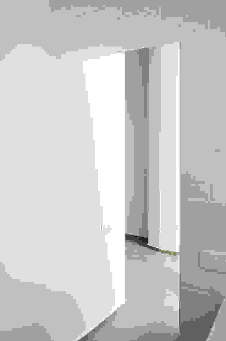 Iluminación natural Divers Arquitectura, especialistas en Passivhaus en Sabadell Pasillos, vestíbulos y escaleras de estilo moderno