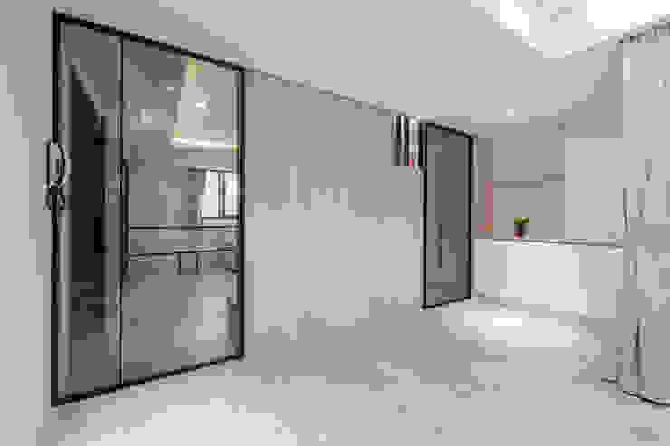 二樓客廳電視牆後是臥房空間 by 藏私系統傢俱 Scandinavian
