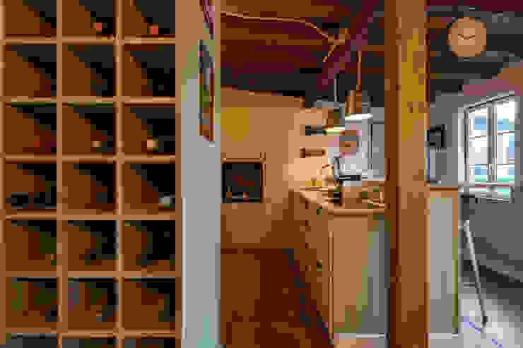 Atelier d'Maison Garage/Rimessa in stile moderno