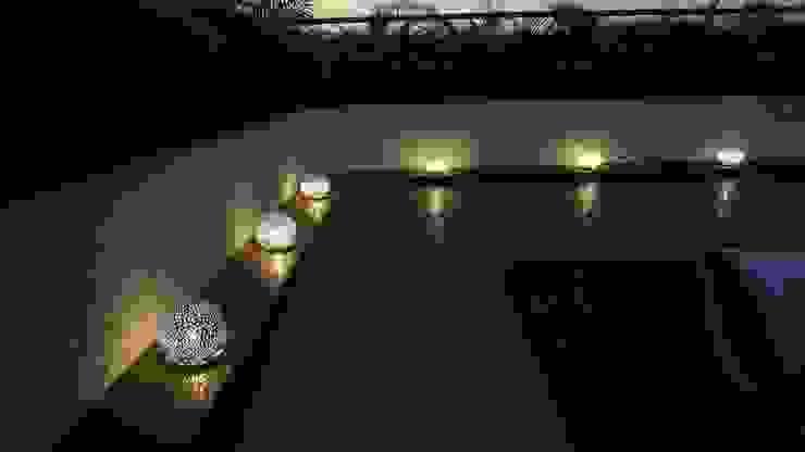 Vista Lámparas de piso:  de estilo tropical por AUTANA estudio, Tropical Metal