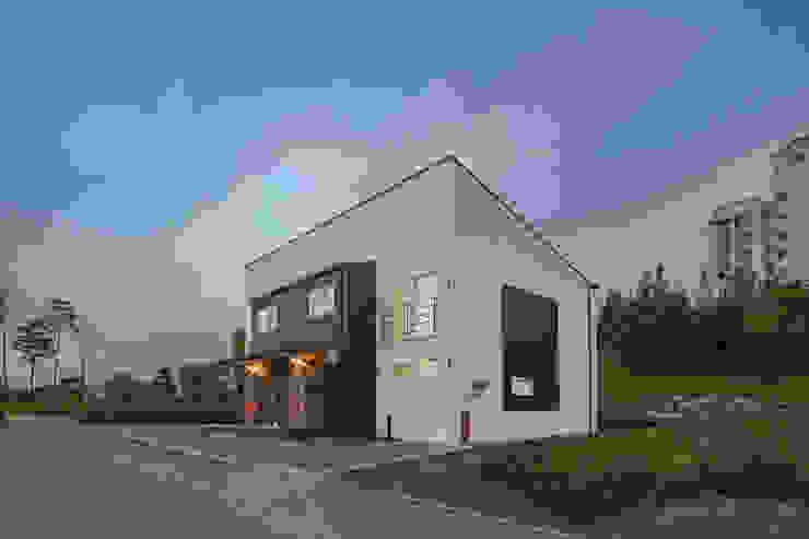 한 지붕 두 가족, 듀플렉스 주택 by 공간제작소(주) 모던