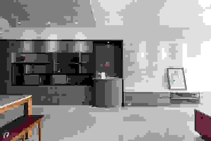 玄關櫃設計,可擺放藝品(開燈後) 根據 元作空間設計 現代風