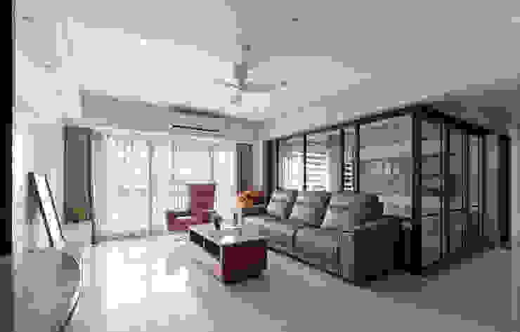 客廳後書房使用玻璃門框,讓空間的視覺效果更佳 现代客厅設計點子、靈感 & 圖片 根據 元作空間設計 現代風